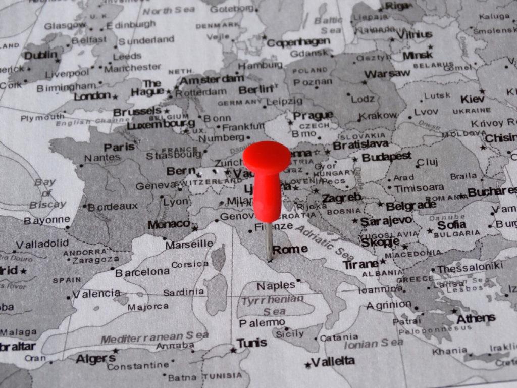 Cartina in bianco e nero con una punse rossa sulla città di Roma