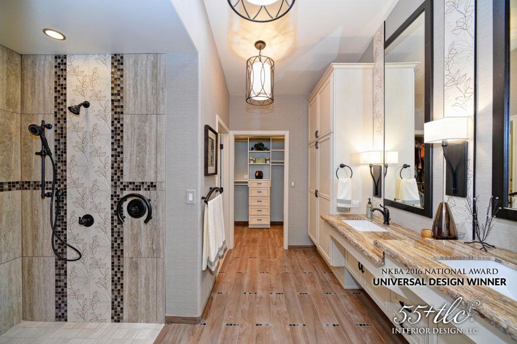 bagno con ampia doccia, spazi di ingresso grandi e lavelli di diverse altezze