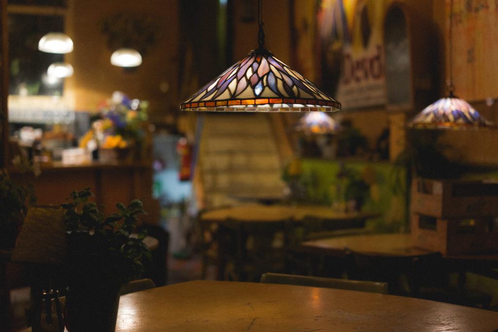 come rendere accessibile un locale - lampada con mosaico di vetro sospesa su un tavolo