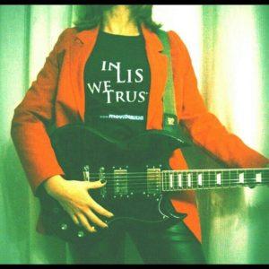 mezzo busto con chitarra, giacca rossa e maglia IN LIS WE TRUST