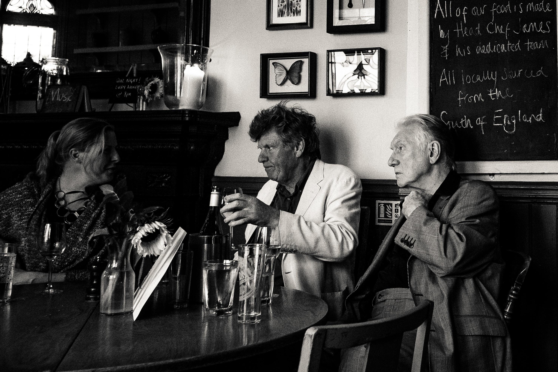 persone anziane chiacchierano in un pub - accessibilità pub inglesi