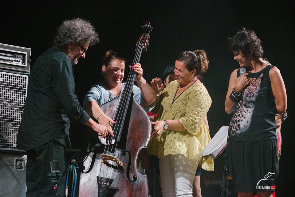visita tattile durante il concerto_Musica Nuda_jazz accessibile