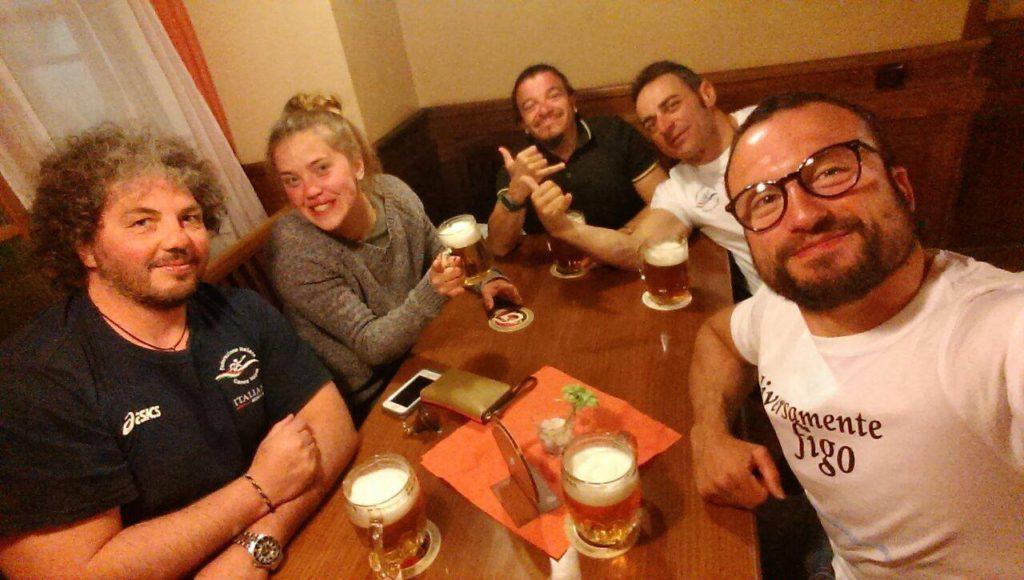 Selfie del campione olimpico Pier Alberto Buccoliero, in un locale accessibile con i suoi amici e ottime birre alla spina