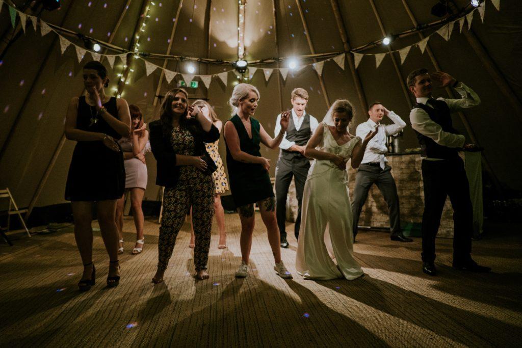 attori di teatro che recitano usando danzando