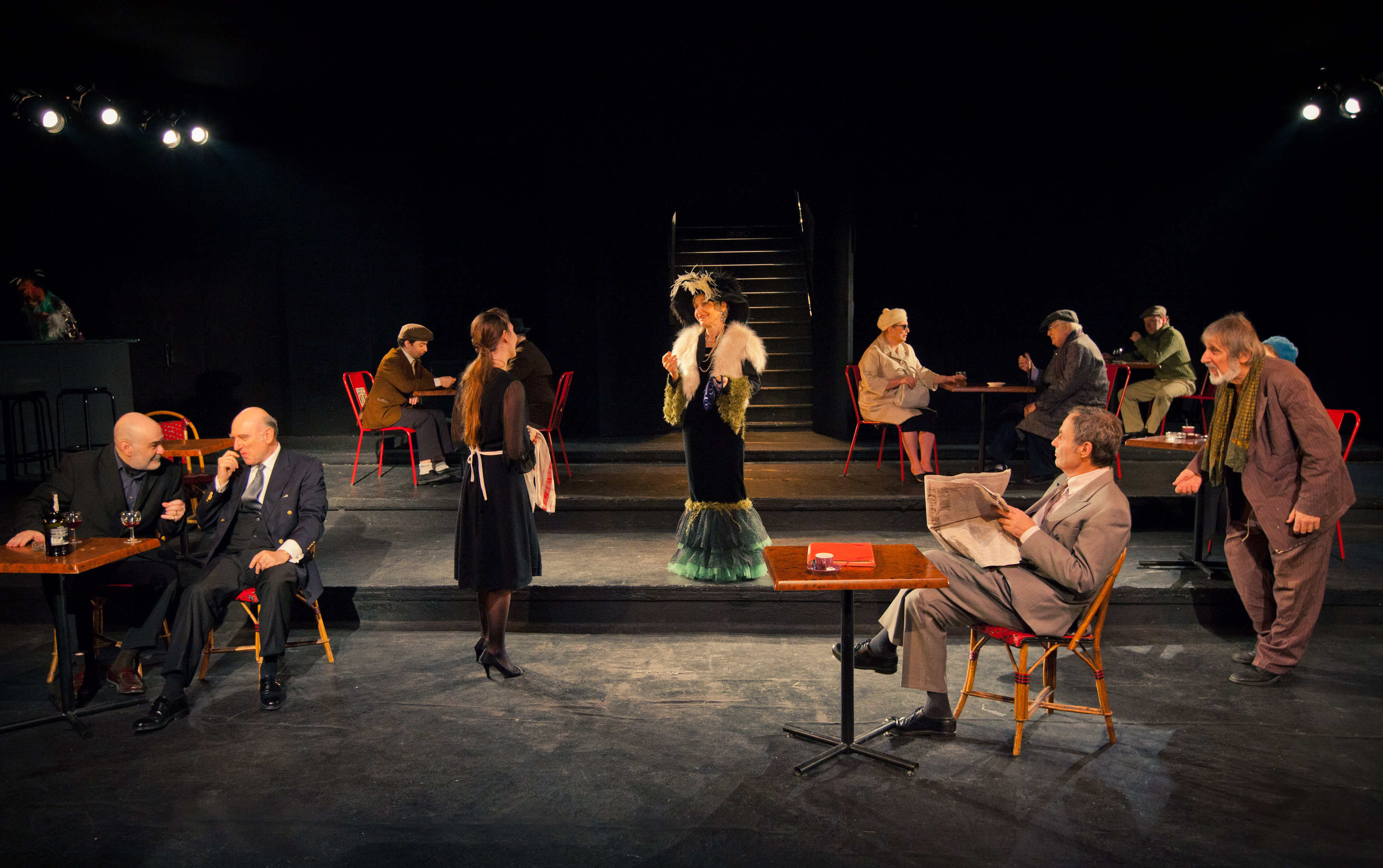 attori disposti su un palco in una performance