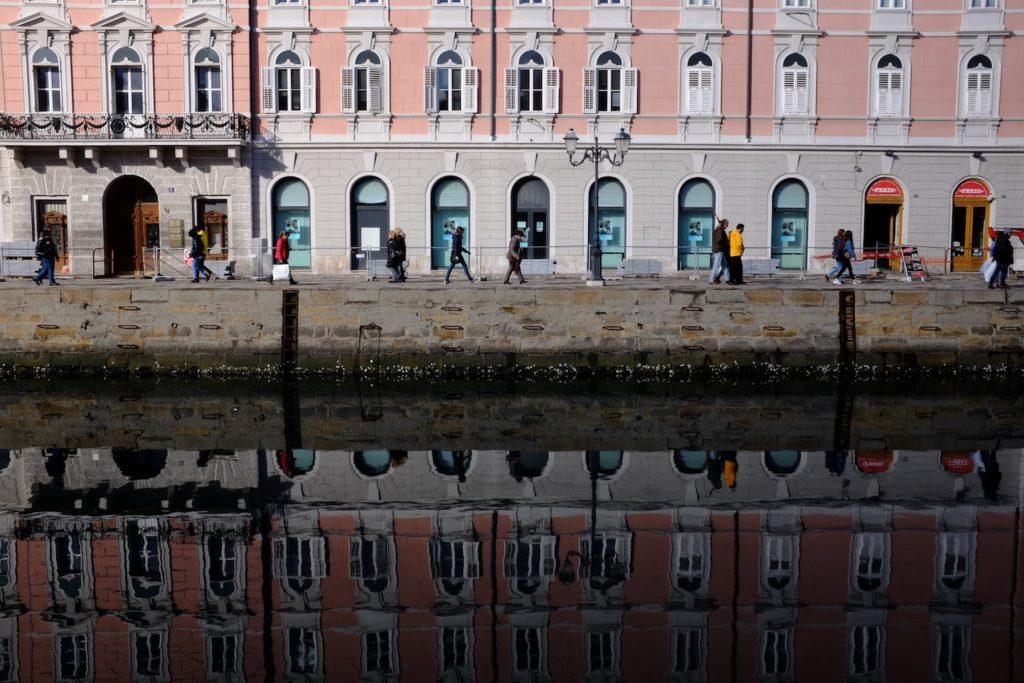 tratto di strada nel porto di Trieste