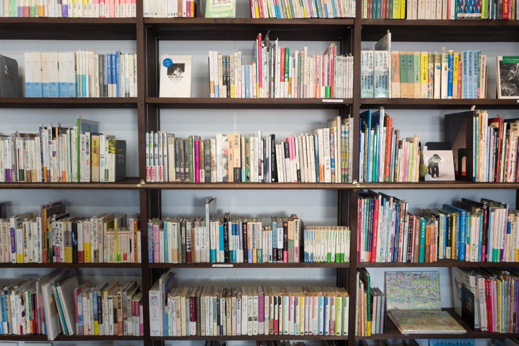 libreria con libri, per attenuare il riverbero in classe