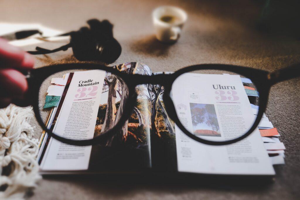 occhiali su un libro con immagini