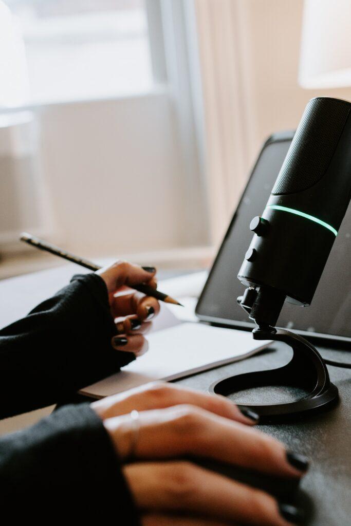 mani microfono e appunti - audiodescrizione