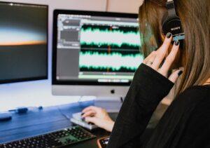 audiodescrizione teatro - kelly-sikkema- unsplash