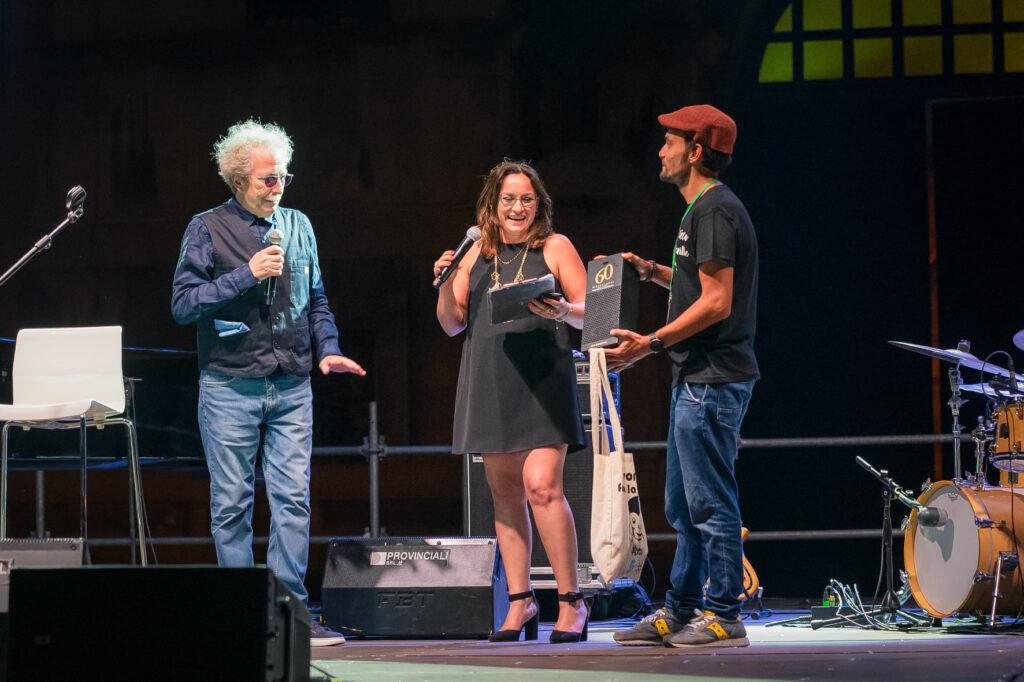 Domenico De Santis regala la maglietta di Movidabilia a Fabio Concato, nella seconda serata del Taranto Jazz Festival